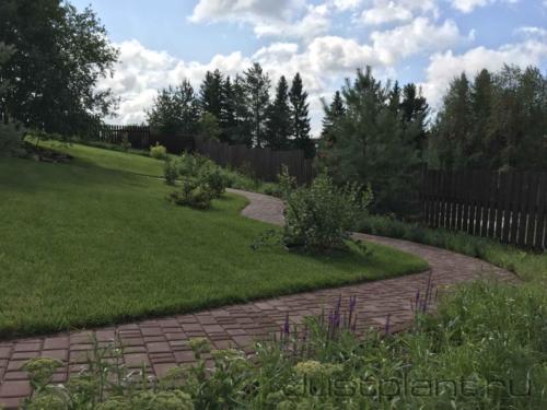 Готовый сад. Реконструированы дорожка, газон. Пересажены деревья и кустарники, построен посевной цветник
