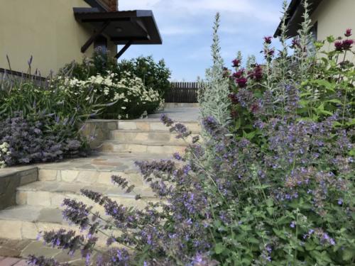 Парадный цветник перед домом